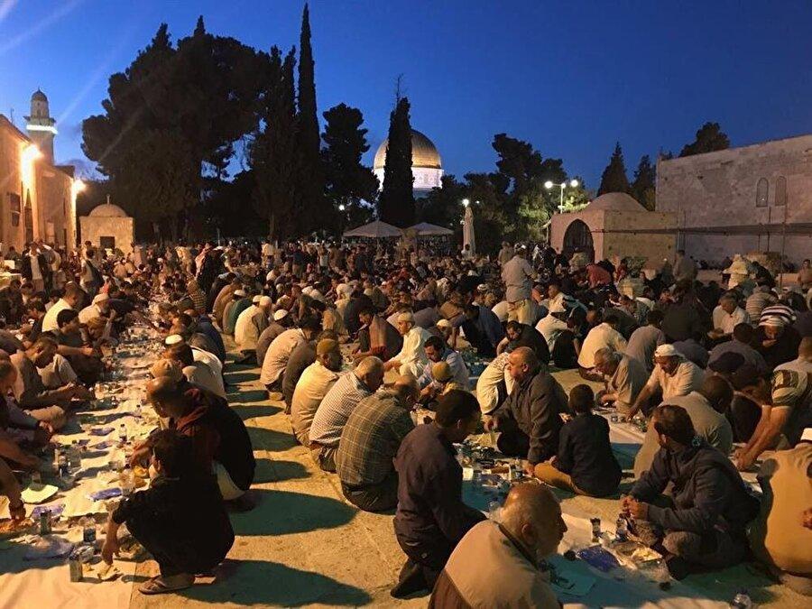 Mescid-i Aksa'da kurulan iftar sofraları. (İbrahim Furkan Özdemir)