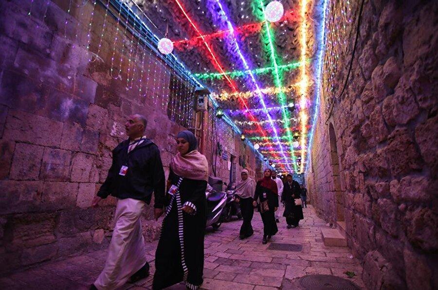 Kadim Kudüs'ün Mescid-i Aksa'ya varan sokakları, kandil, fener ve süslerler aydınlatılır ramazanda. (Mostafa Alkharouf / AA)