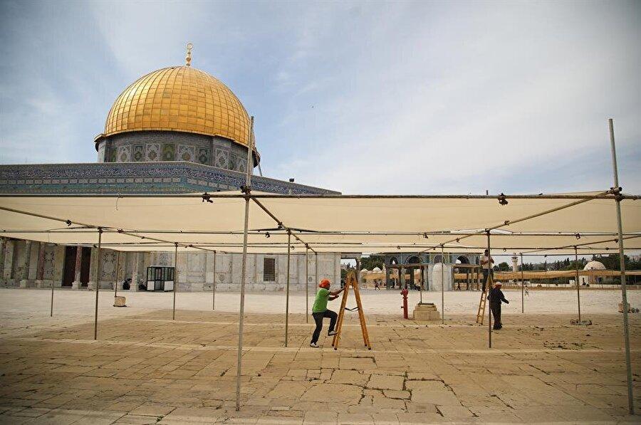 Ramazan ayı münasebetiyle Mescid-i Aksa'nın bazı alanlarına çadırlar kuruluyor. (Mostafa Alkharouf / AA)