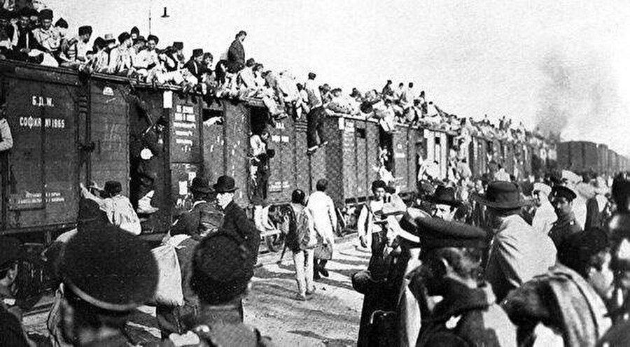 """""""Sovyetler Birliği'ne ihanet"""" ile suçlanıyorlardı. Oysa ki aynı gece 50 bin Kırım Tatar erkeği, Hitler Almanyasına karşı cephede Sovyetler Birliği adına savaşıyordu."""