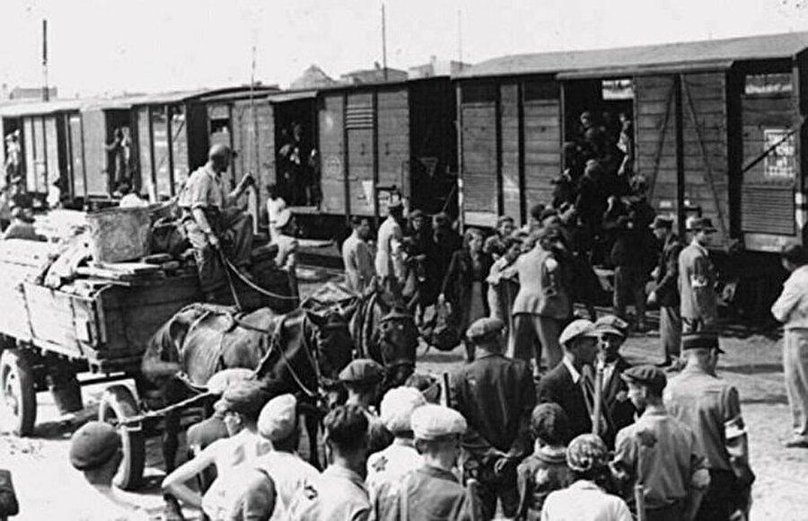 Kadınlar, kundaktaki bebekler, yaşlılar, hastalar, savaşamayacak durumda erkeklerden oluşan 423 bin Kırım Tatarı o gece Kırım'daki istasyonlardan hayvan vagonlarına istif edilerek vatanlarından sürüldü.