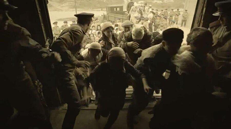 Sağlam erkekleri savaşta olan Kırım Tatarları açlık, susuzluk ve hastalıktan bu korkunç sürgün yolculuğunda hayatlarını kaybetti. Yaşlılar, bebekler, çocuklar… Kadınlar ve genç kızlar, utanç ve hicaplarından vagonlarda abdest ihtiyaçlarını gideremedikleri için kan zehirlenmesinden hayatlarını kaybetti.
