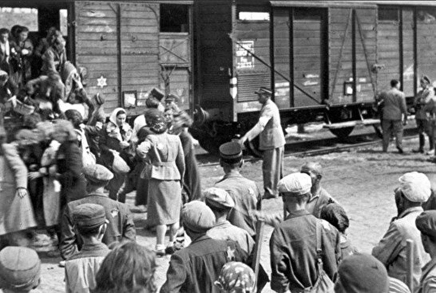 Kırım Tatarları, bu sürgünde Özbekistan, Kazakistan, Sibirya gibi bir çok bölgeye dağıtılmış, binlerce insan yurdundan koparılmıştı. Bu çileli yolculuk bittiğinde o hayvan vagonlarının neredeyse yarısı boşalmıştı. Kırım Tatarları, sürgünde 195 bin insan kaybetti.