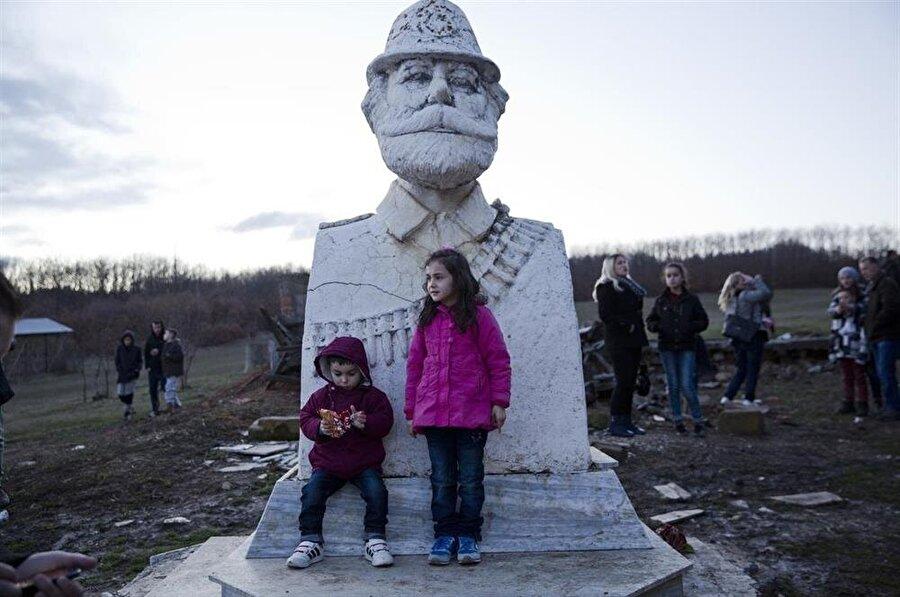Kosova'nın bağımsızlık törenlerinde, Adem Jashari anısına yapılan heykeller de ziyaretçi akınına uğruyor.