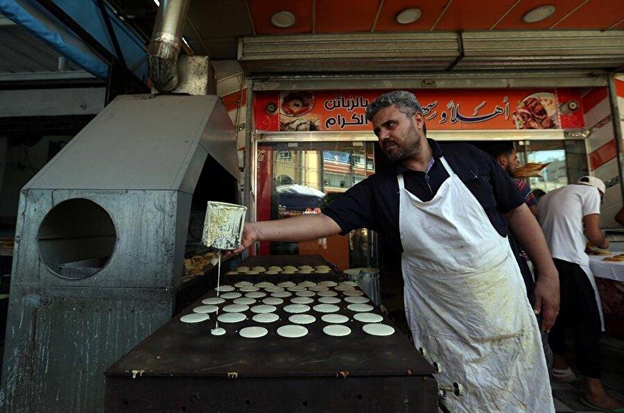Geleneksel tatlı hazırlayan esnaf, Gazze. (İbraheem Abu Mustafa / Reuters)
