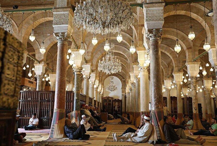 Tunus'un başkenti Tunus'taki Zeytûne Camii'nde hem ibadet, hem sohbet.. (Zoubeir Souissi / Reuters)