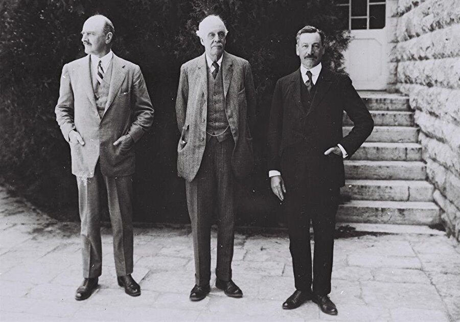 Filistin'in kaderinde önemli rol oynayan üç İngiliz: James Balfour (Ortada), Edmund Allenby (Solda), Herbert Samuel