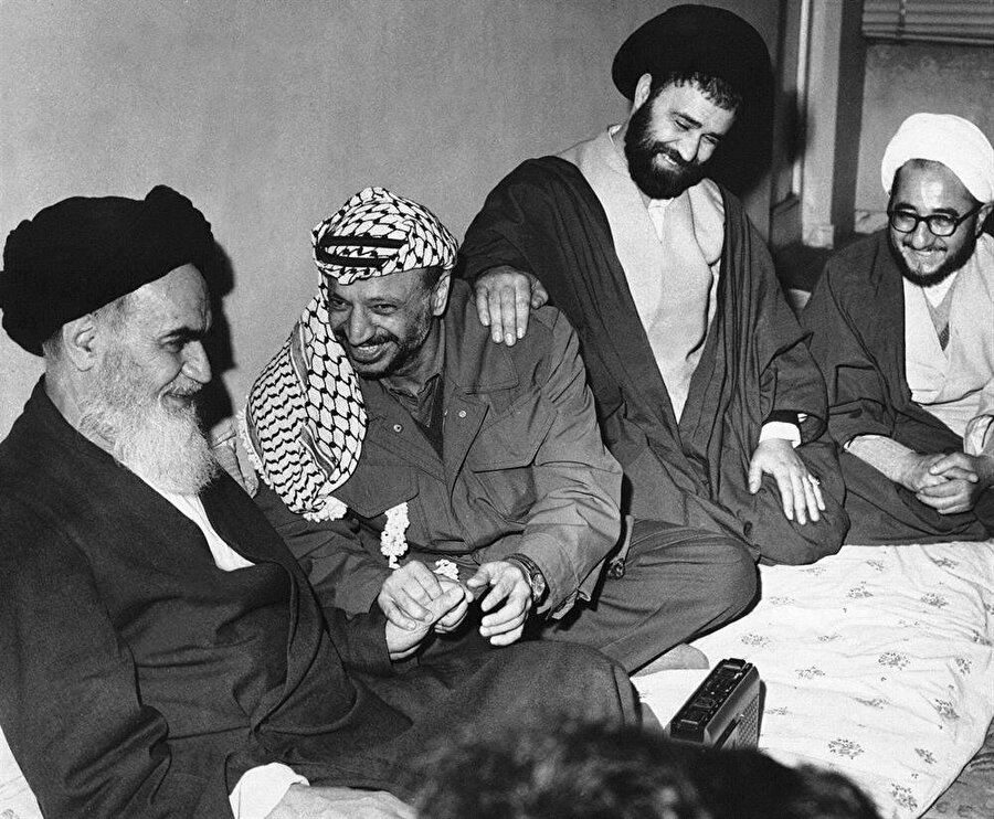 FKÖ Lideri Yaser Arafat (Soldan 2), henüz Paris'te yaşayan Humeyni'yi (Solda) ziyaret ediyor.