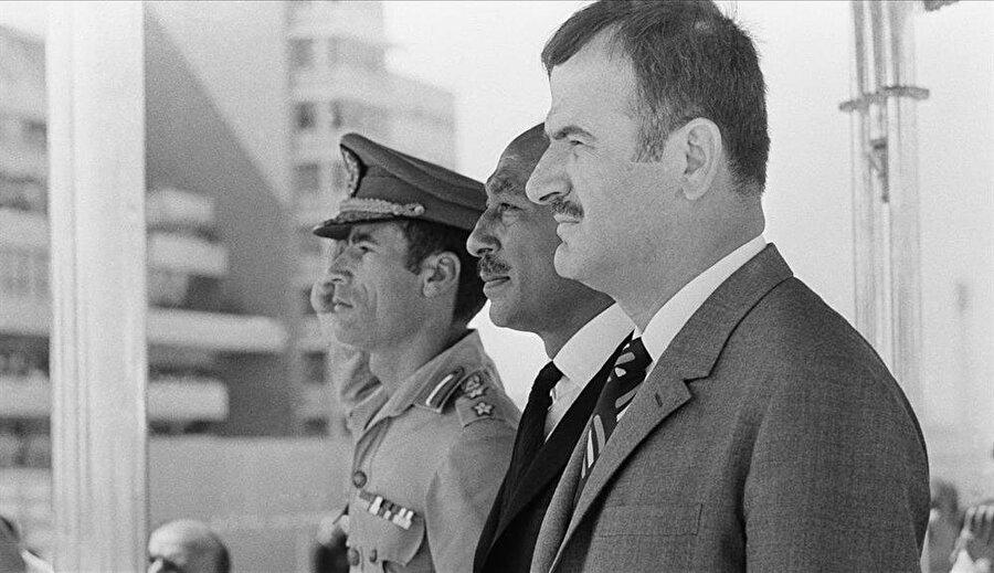 Hafız Esed (Sağda), Enver Sedat (Ortada) ve Muammer Kaddafi