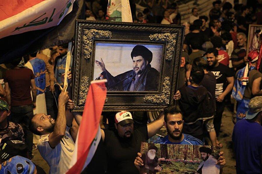 Seçim sonuçları sonrası kutlama yapan Mukteda es-Sadr taraftarları. (Murtadha Sudani / AA)