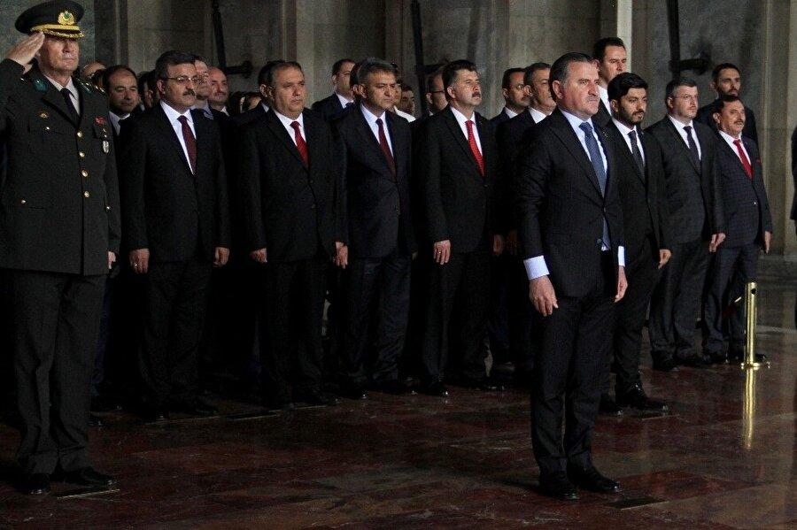 Gençlik ve Spor Bakanı Osman Aşkın Bak başkanlığında oluşan heyet, Atatürk'ün mozolesine çelenk bıraktı.