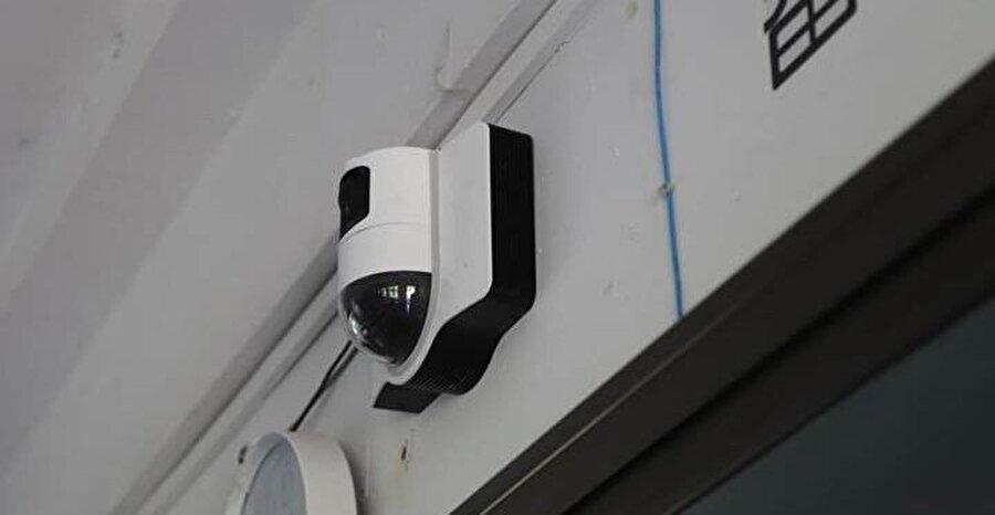Akıllı tahtalara yerleştirilen kameralar öğrencilerin hareketlerini inceliyor ve raporu çıkarıyor.