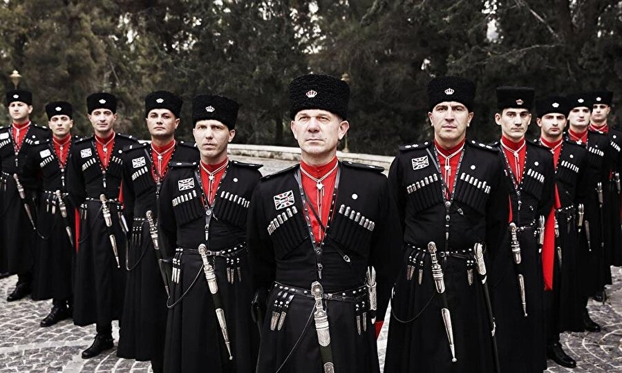 Çerkez muhafızlar, geleneksel kıyafetlerine benzer üniformalar giyiyorlar.