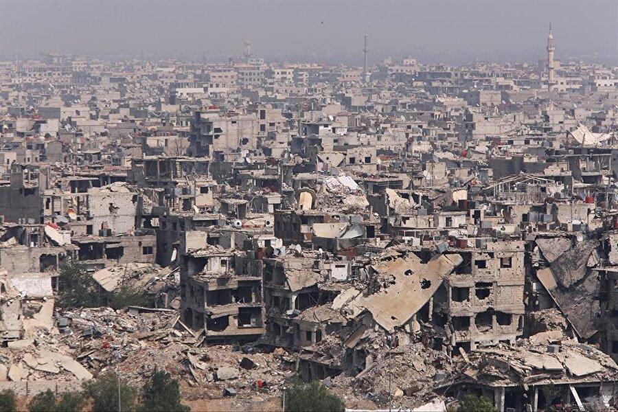 Filistinlilerin barındığı Yermuk Mülteci Kampı, rejimin bombardımanları sonucu harabeye döndü. (Omer Sanadiki - Reuters)