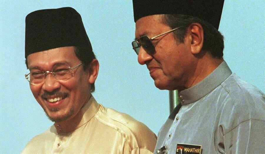 Enver İbrahim, Mahathir Muhammed hükümetlerinde çeşitli bakanlıklarda görev aldı.