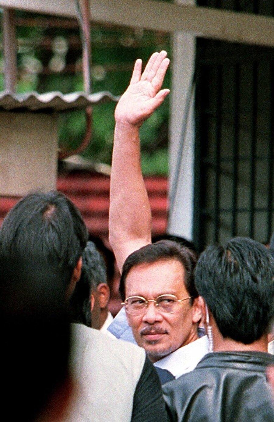 Enver İbrahim 20 Eylül 1998'de gözaltına alındı.