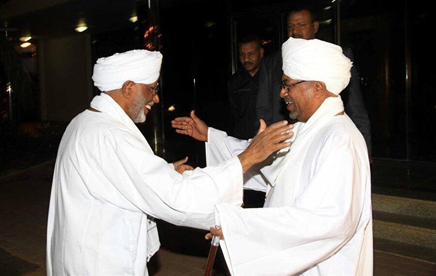 Hasan Turabi ile Sudan Devlet Başkanı Ömer Beşir arasındaki ilişki, dalgalı ve istikrarsız bir seyir izledi.