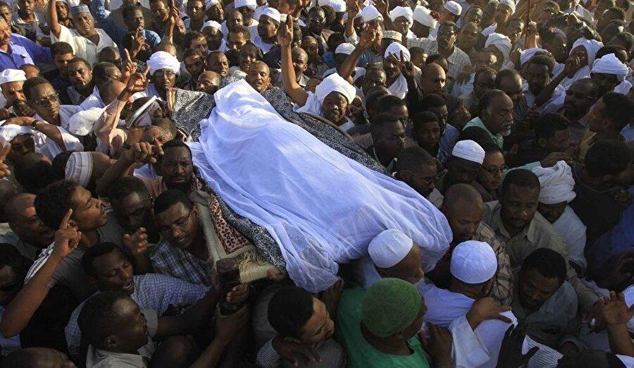 Hasan Turabi'nin cenazesi, on binlerce kişinin katılımıyla defnedildi.