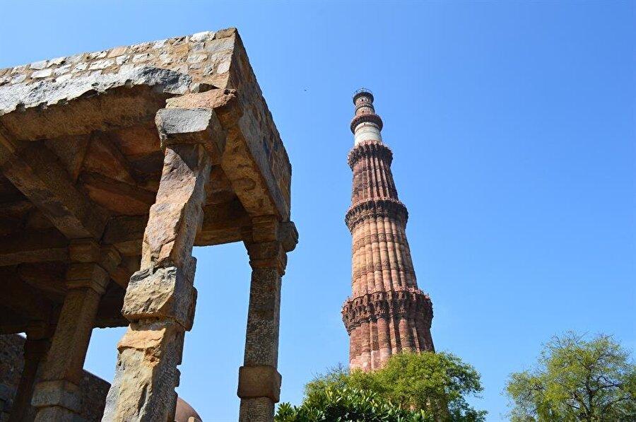 Kutub Minar, 73 metre yüksekliğe sahip bir abide.