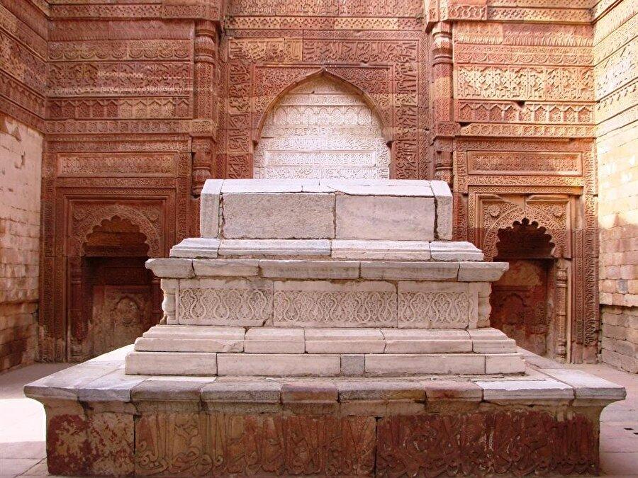 Sultan İl-Tutmuş'un gösterişli kabri, Kutub Minar kompleksinin içinde yer alıyor.