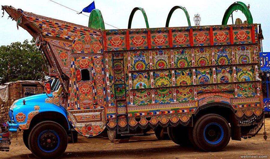 Pakistan caddelerinde böyle süslü kamyonlara rastlamak sıradan bir durum.