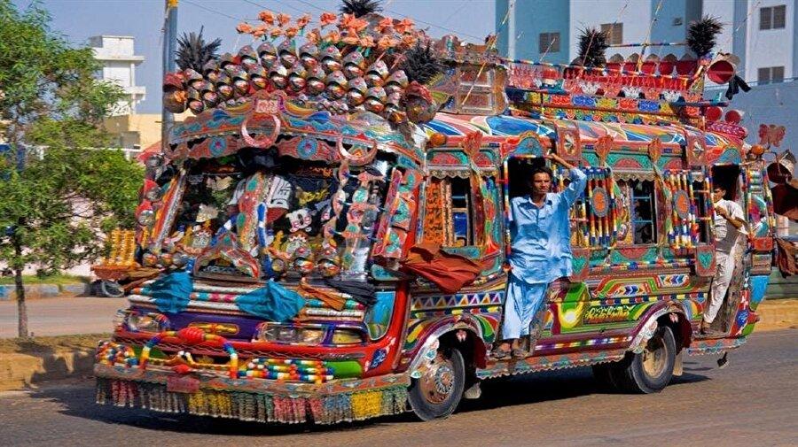 Pakistan'da sadece kamyonlar değil, otobüs ve otomobiller de oldukça süslü.