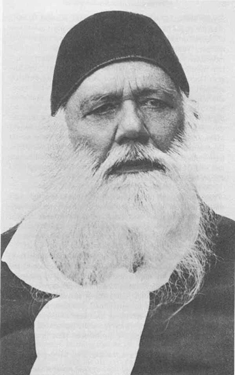 Seyyid Ahmed Han, Şibli Numani'nin üzerinde etkisi olan bir isimdi. Ancak Numani, Han'ın modernist fikirlerinden zamanla uzaklaşmıştır.