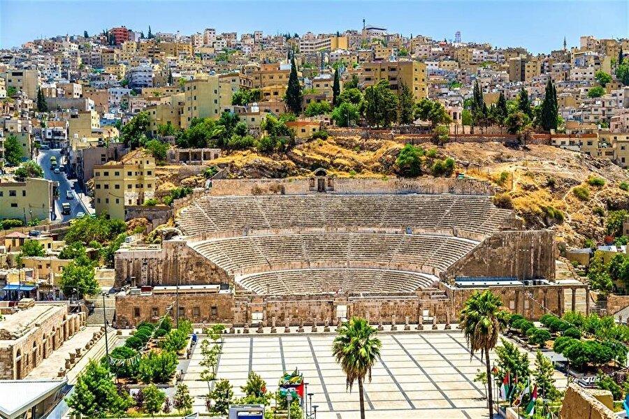 Amman'ın merkezindeki Roma antik tiyatrosu, 6 bin kişilik kapasiteye sahip.