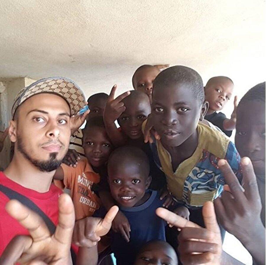 Kendisine kanser teşhisi konduktan sonra Afrika'ya giden Ali Banat, burada gördükleri karşısında çok etkilendi.