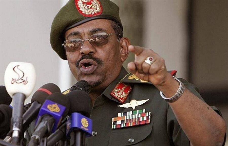 """Darfur gerilimi, Sudan Devlet Başkanı Ömer Beşir'in """"soykırım""""la suçlanmasına yol açtı."""