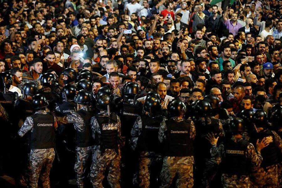 On binlerce Ürdünlü, başkent Amman sokaklarını doldurdu. (Muhammad Hamed / Reuters)