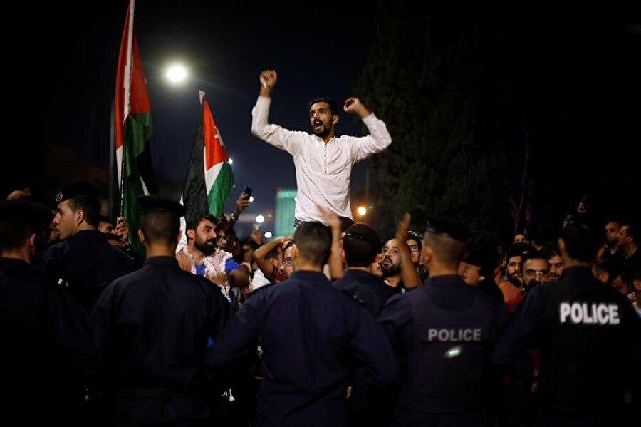 Protesto gösterilerinde başbakan ve hükümet hedefte. (Muhammad Hamed / Reuters)