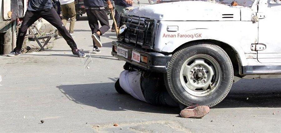 Bir göstericinin zırhlı araç tarafından ezilmesi, Keşmir'de gösterilerin yeniden alevlenmesine yol açtı.