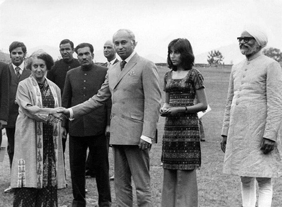 Hindistan Başbakanı Indira Gandi ile Pakistan Başbakanı Zülfikar Ali Butto, Simla Görüşmeleri için buluştuklarında. Butto'nun kızı ve geleceğin Pakistan Başbakanı Benazir de görüşmelerde hazır bulunmuştu.