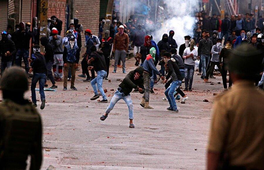 Keşmir krizinin çözümünü askeri yöntemlerle sağlamaya çalışan Hindistan, büyük bir direnişle karşılaşıyor. (Danish Ismail / Reuters)