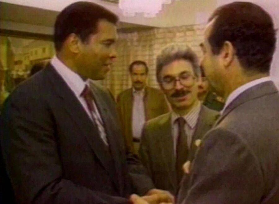 Muhammed Ali'nin, Saddam Hüseyin'le görüşmesinden bir kare.