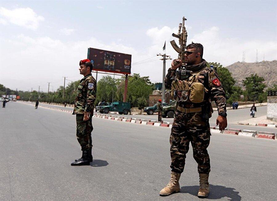 Afgan polisi, patlamanın yaşandığı bölgede kontrolü sağlama çalışıyor. (Omar Sobhanı / Reuters)