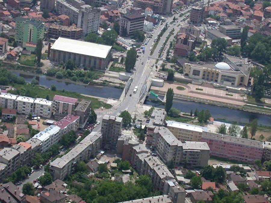 Kosova'nın kuzeyindeki Mitroviça şehrinde yer alan köprü, Balkanlardaki bölünmüşlüğün sembolü adeta.