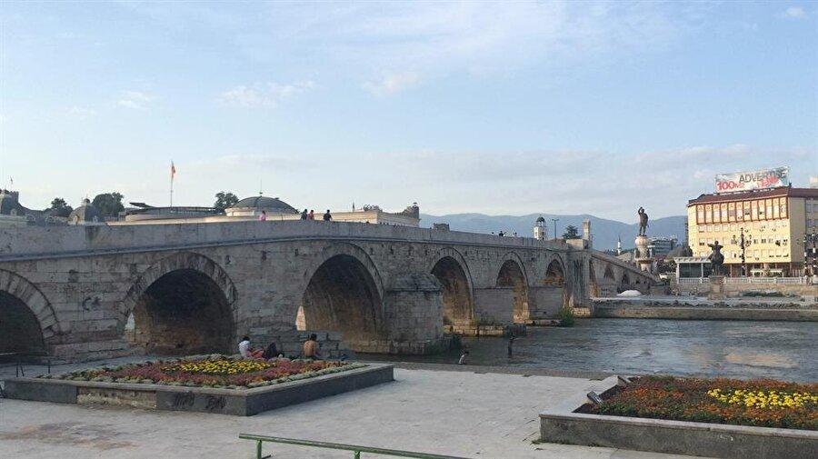 1451'de inşa edilen Üsküp'teki Taşköprü, şehrin Hıristiyan ve Müslüman kesimlerini birbirinden ayırıyor.