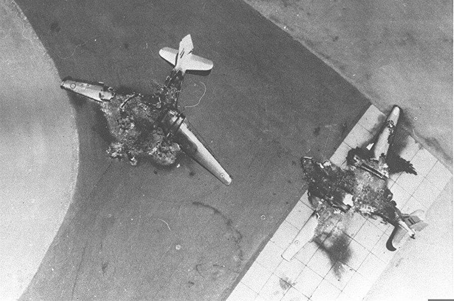Odak Harekatı ile henüz yerdeyken imha edilen iki Mısır uçağı.