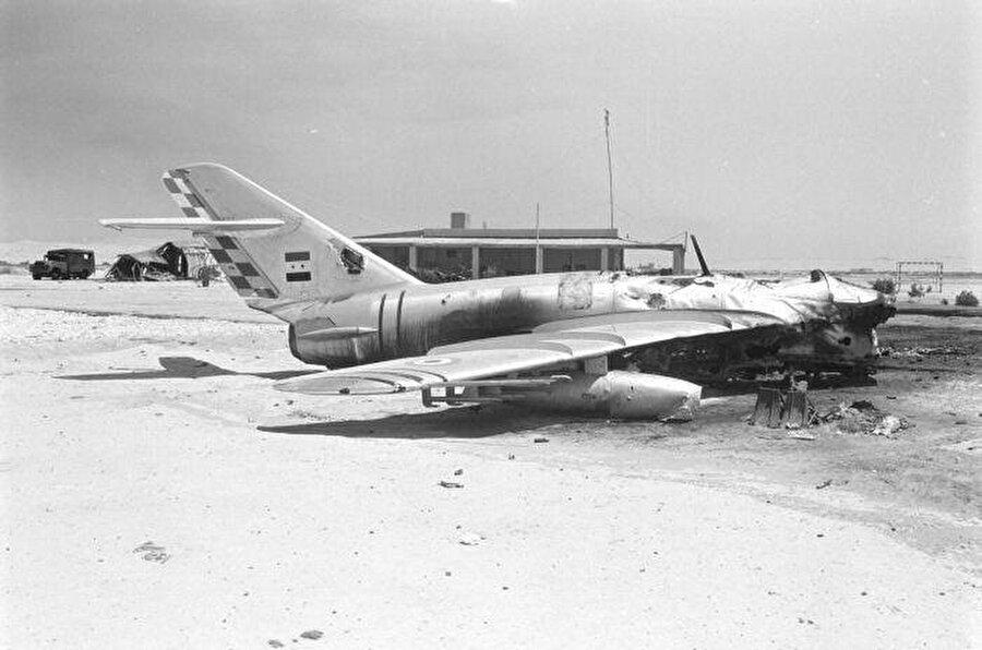 Mısır'a ait savaş uçaklarının büyük çoğunluğu daha havalanmaya fırsat dahi bulamadan imha edildi.