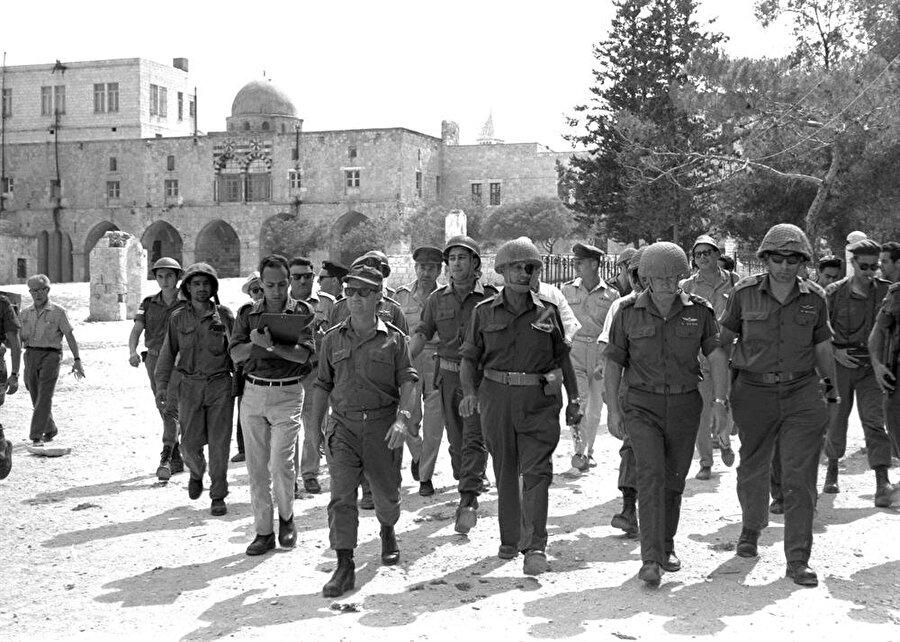 İsrail Savunma Bakanı Moşe Dayan, Genelkurmay Başkanı Yitzhak Rabin ve Kudüs Cephesi Komutanı Uzi Narkiss, Mescid-i Aksa'nın içinde.