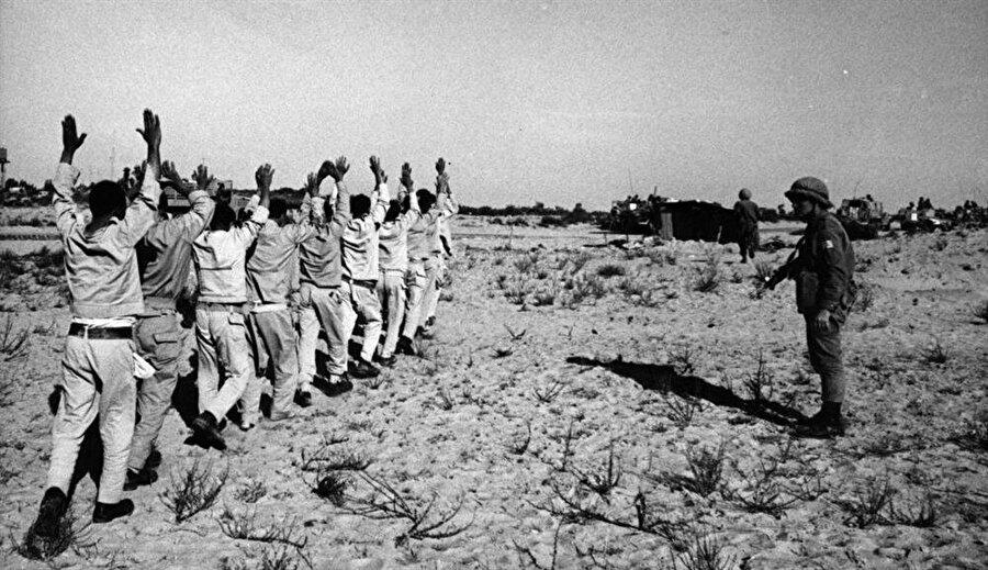 İsrail ordusu, çok sayıda Mısırlı askeri esir aldı.
