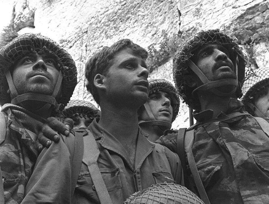 İşgalin ardından Ağlama Duvarı'na ulaşan ilk İsrail askerleri Zion Karasenti, Yitzhak Yifat ve Haim Oshri (Soldan sağa), tarihin en ikonik pozlarından birini verdiler.