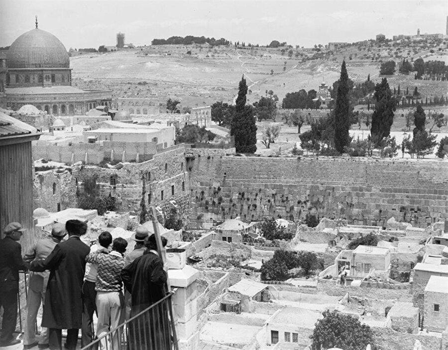 İsrail Doğu Kudüs'ü işgal ettikten sonra ilk iş olarak Mağripliler Mahallesi'ni yıktı ve Ağlama Duvarı'nın önündeki açık alanı oluşturdu.