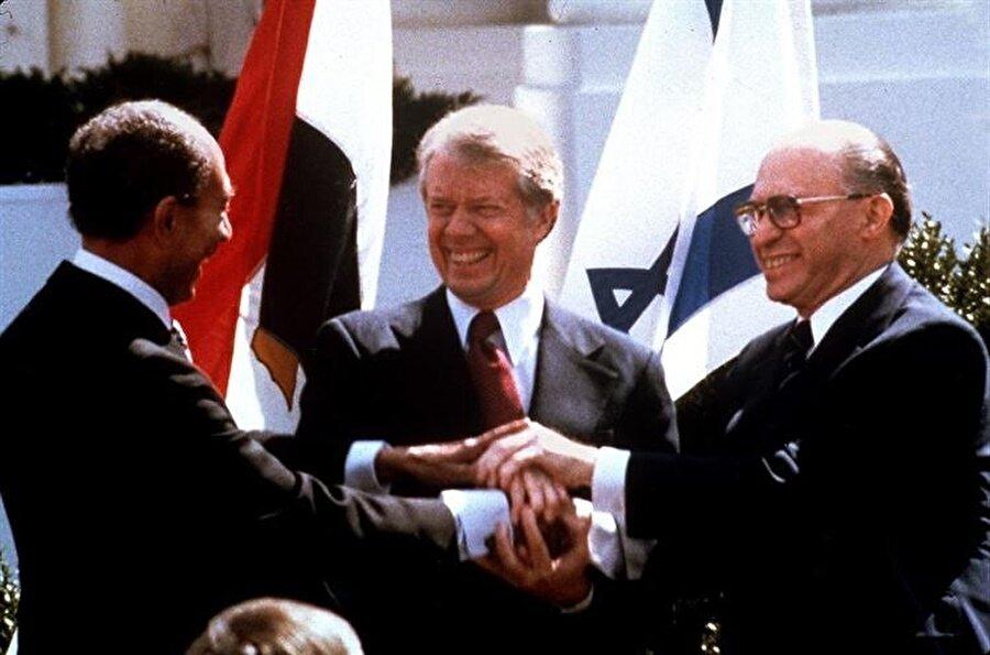 Mısır Cumhurbaşkanı Enver Sedat, ABD Başkanı Jimmy Carter ve İsrail Başbakanı Menachem Begin (Soldan sağa)