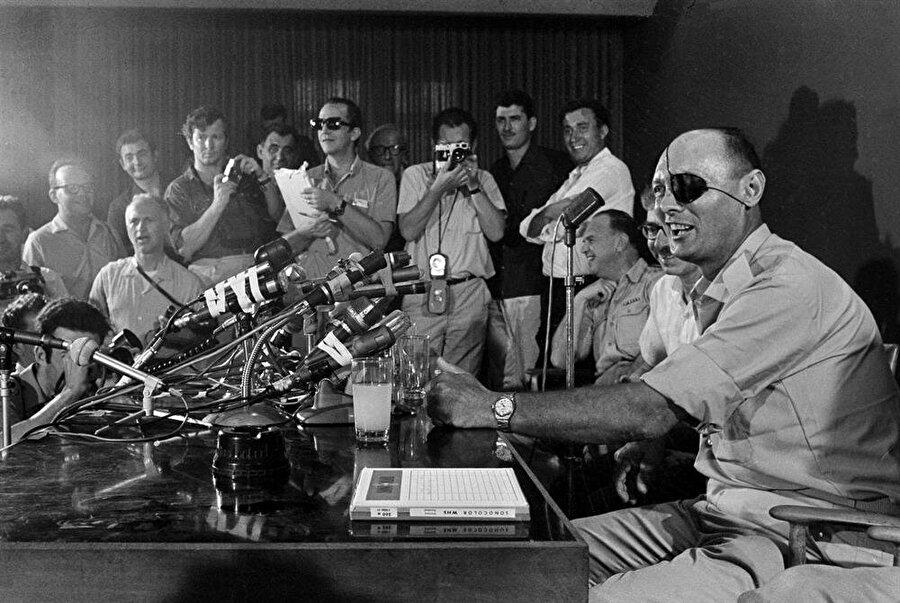 1948'deki Arap-İsrail Savaşı'nda Genelkurmay Başkanı olan Moşe Dayan, 1967'deki savaştan kısa sürece önce İsrail Savunma Bakanı olarak atandı.
