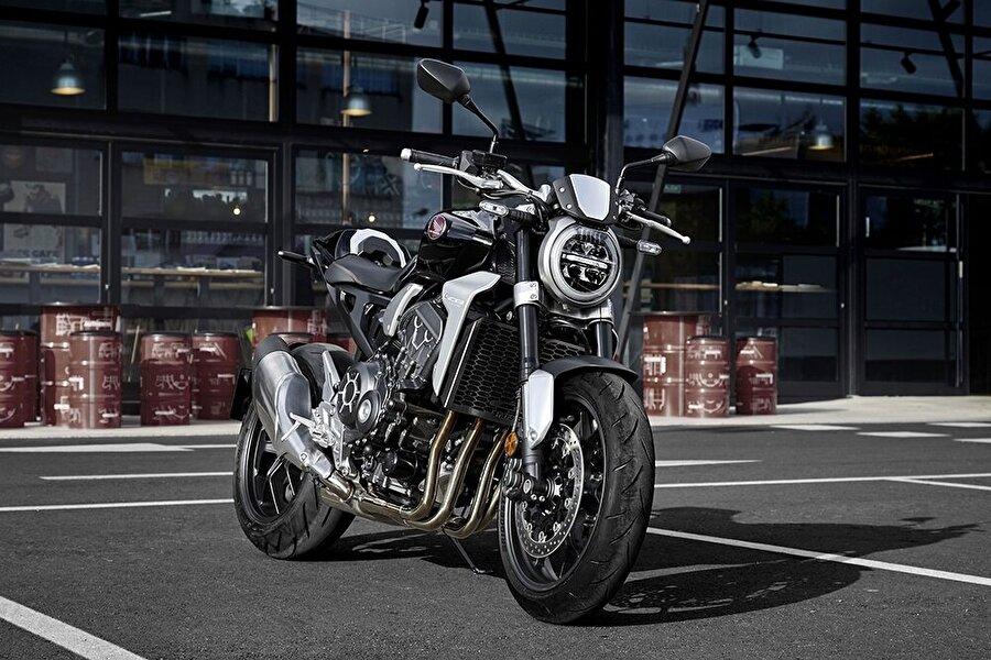 Sele yüksekliği 5 mm artarak 830 mm'ye ulaşan yeni Honda CB1000R'ın rahat oturma pozisyonunu 12 mm daha geniş ve 13 mm daha yüksek konumlandırılan gidon desteklerken yanları girintili yakıt deposu formu diz mesafesini rahatlatıyor ve daha fazla hareket alanı sunuyor.