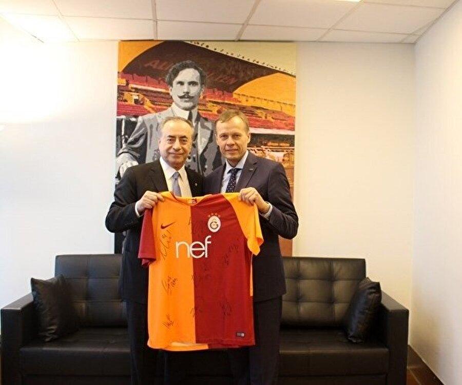 Görüşme sonrasında Cengiz, Büyükelçi Audrius Bruzga'ya isminin yazılı olduğu Galatasaray forması hediye ederken, Litvanya Büyükelçisi de Mustafa Cengiz'e, Litvanya basketbolunun sembol takımlarından olan Zalgiris Kaunas'ın formasını takdim etti.