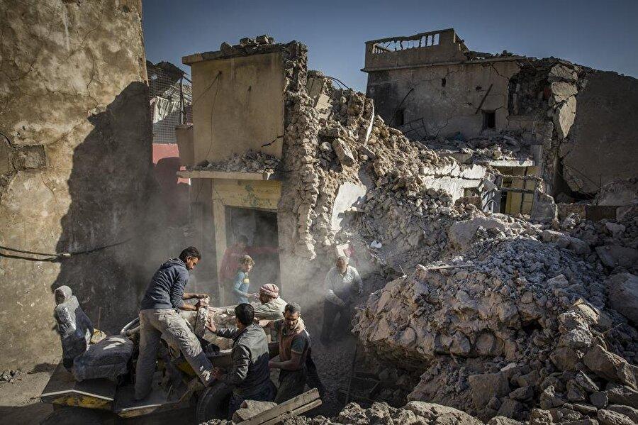 Musul'da gönüllüler, enkaz altında ceset arama çalışmalarına devam ediyor.